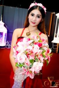 พบกับโคโยตี้หน้าใด ถือดอกไม้ชุดสีแดง